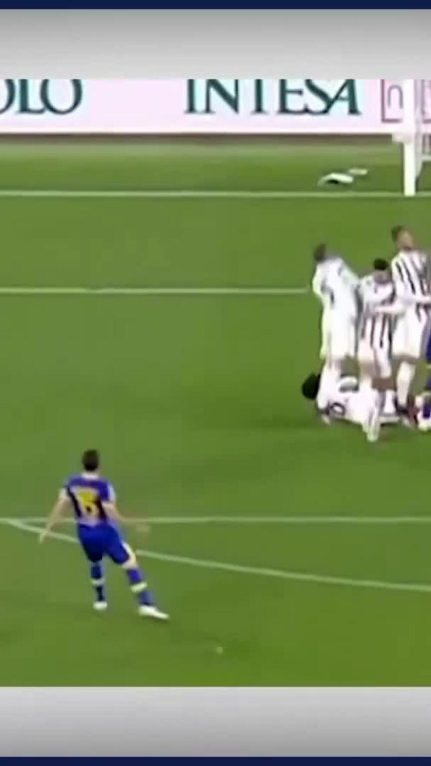 C. Ronaldo bị chê trách vì cúi đầu tránh bóng