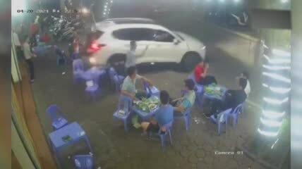 Ôtô lùi thẳng vào thực khách nhậu trên vỉa hè