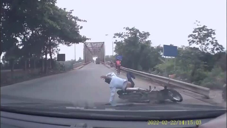 Xe máy vào cua bị ôtô tông văng
