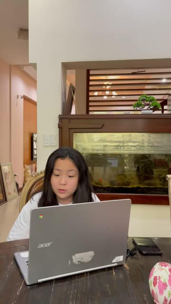 Con gái Phượng Chanel nói tiếng Anh như gió