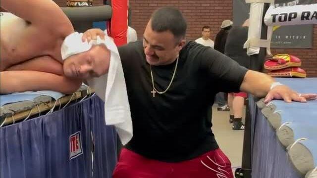 Bài tập cổ kỳ cục của võ sĩ Tyson Fury