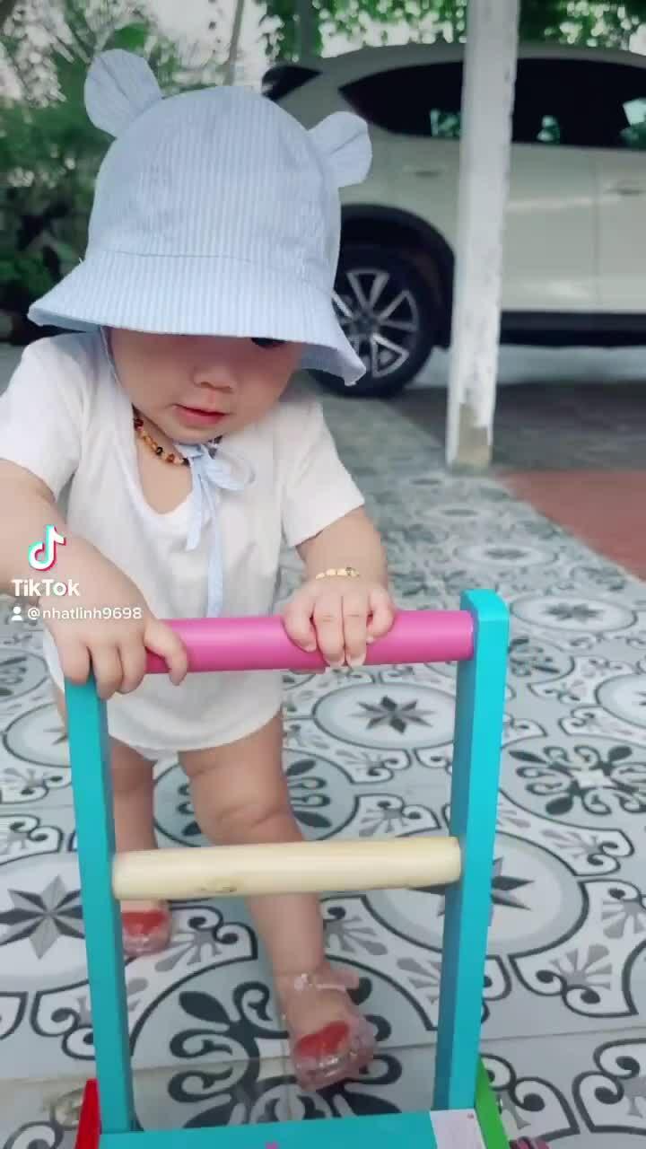 Con gái Phan Văn Đức tập đi