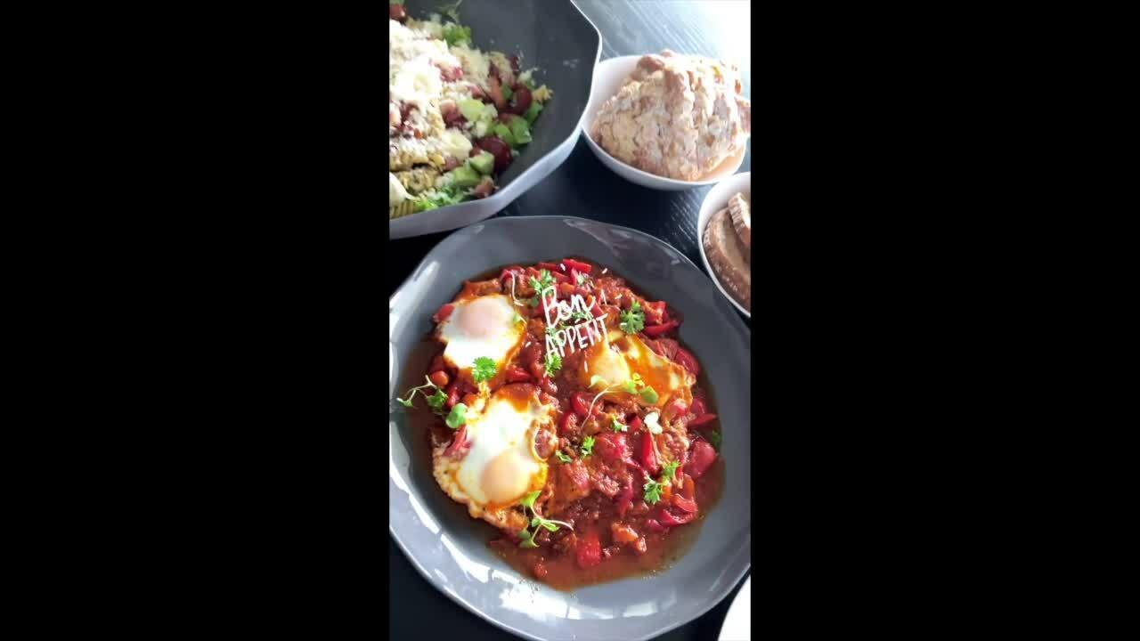 Huy Trần quay vlog nấu ăn