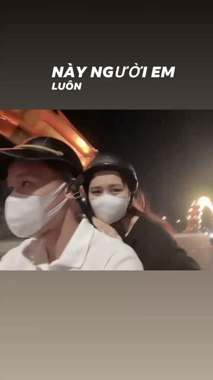 Quế Ngọc Hải thuê xe máy chở vợ đi chơi ở Đà Nẵng