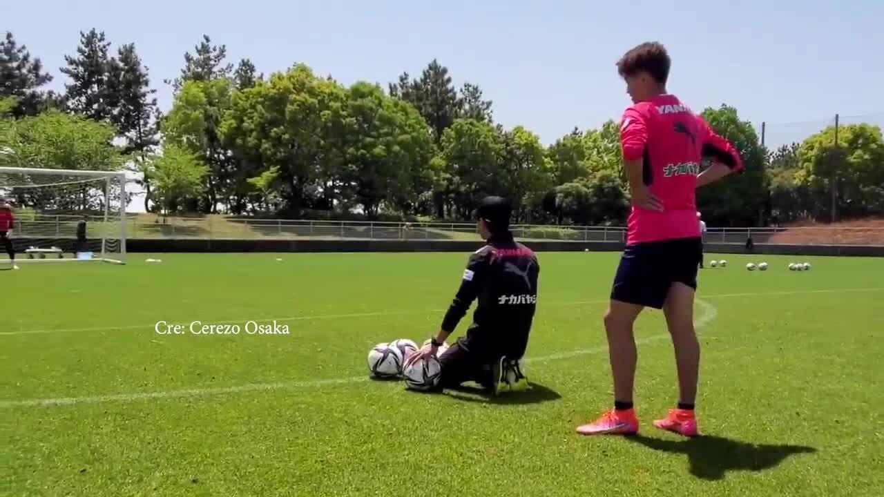 Văn Lâm liên tục vào lưới nhặt bóng vì đồng đội sút khó