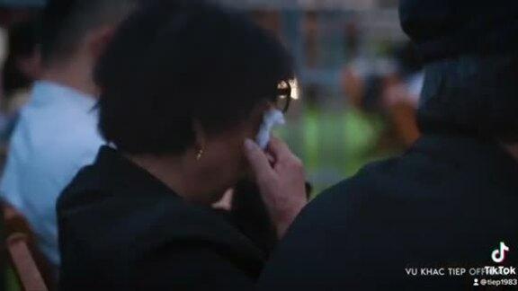 Mẹ Vũ Khắc Tiệp khóc khi nghe nhạc