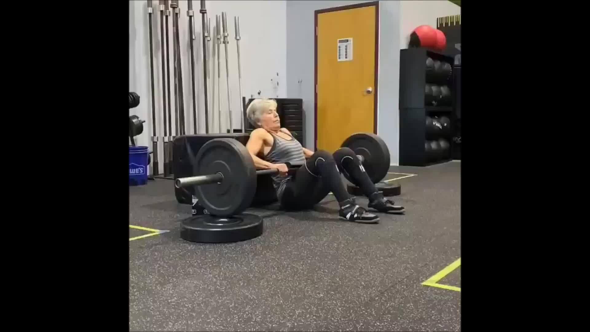 Cụ bà U80 tập tạ nặng cả trăm cân
