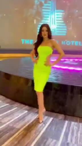 Khánh Vân khoe dáng sexy trên đất Mỹ