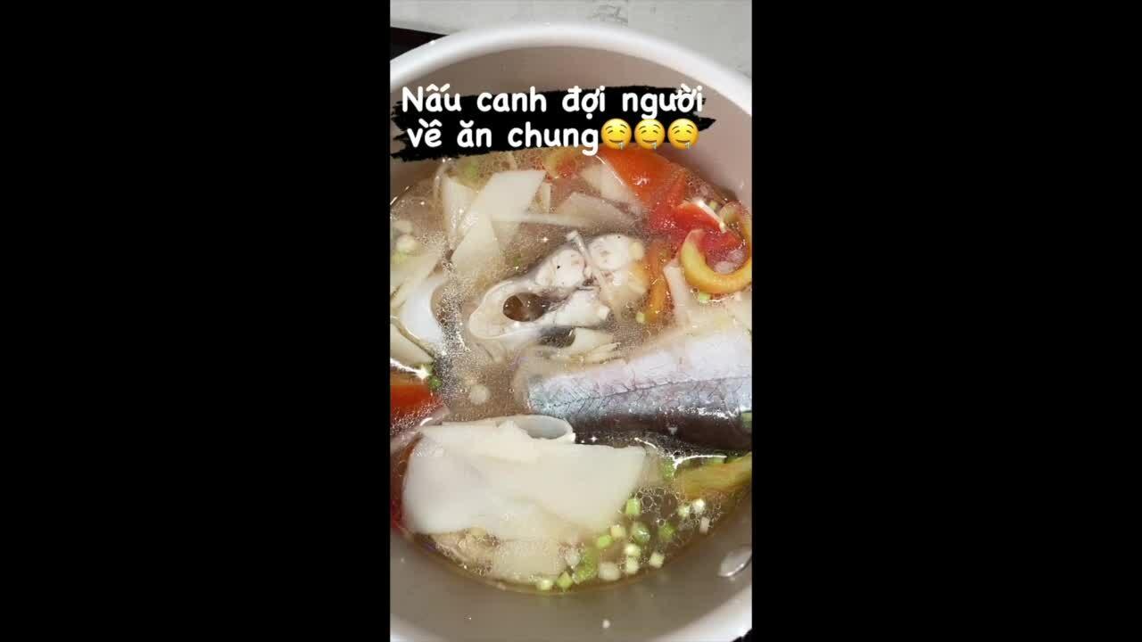 Tóc Tiên nấu canh cá khi ở nhà chống dịch