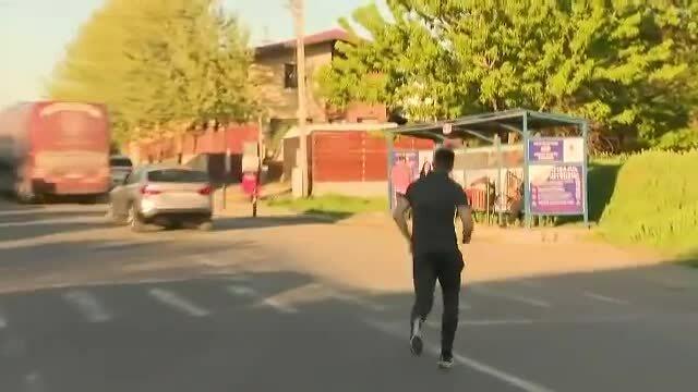 Cầu thủ Romania bị xe bus của đội bỏ rơi