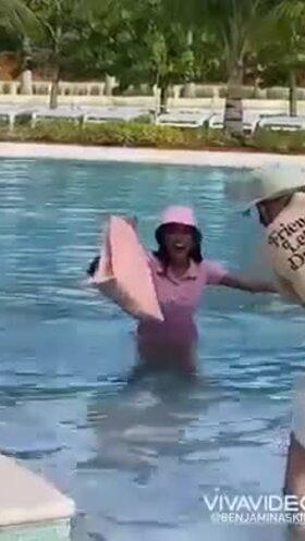 Người đẹp Philippines ngã xuống hồ bơi khi chụp hình ở Miss Universe