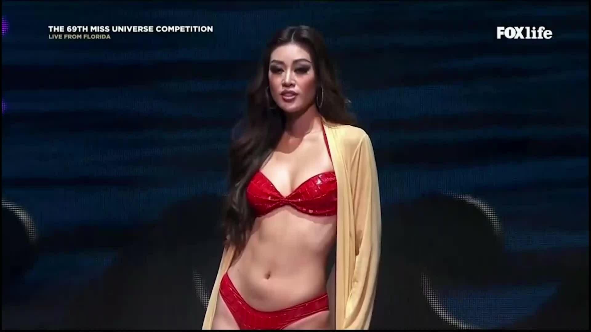 Khánh Vân trình diễn bikini