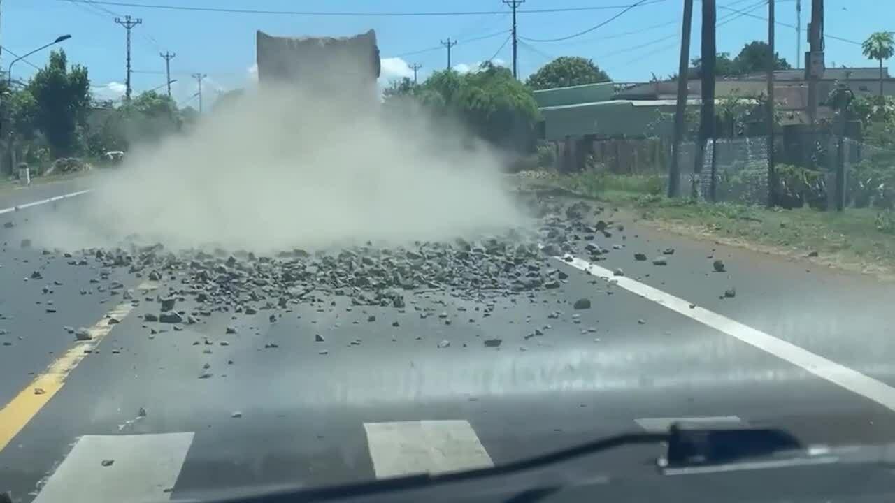 Xe tải làm rơi đá ngổn ngang đường