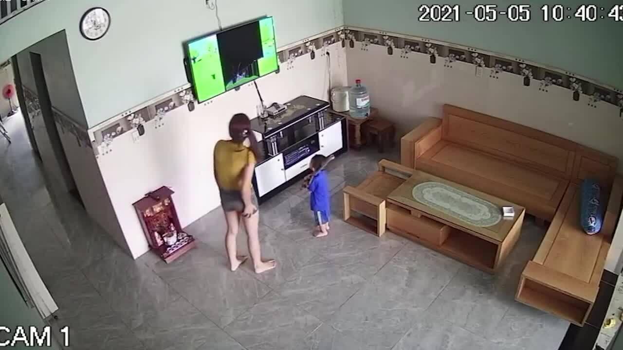 Mẹ bất lực vì con trai hai tháng đập bể hai tivi