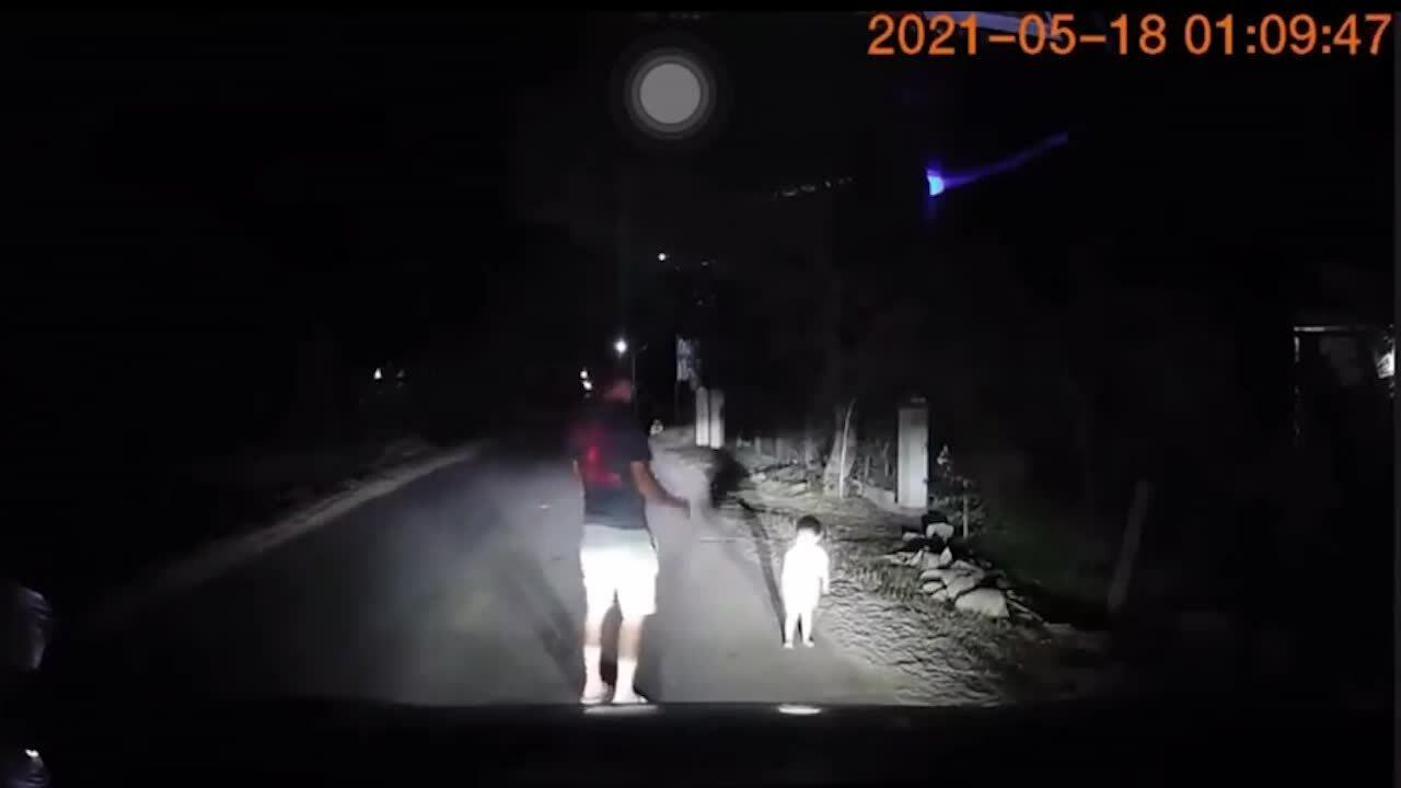 Tài xế loay hoay tìm bố mẹ cho bé 2 tuổi lúc nửa đêm