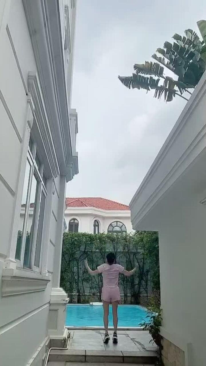 Phượng Chanel chạy bộ ven sông, tập thể dục tại nhà
