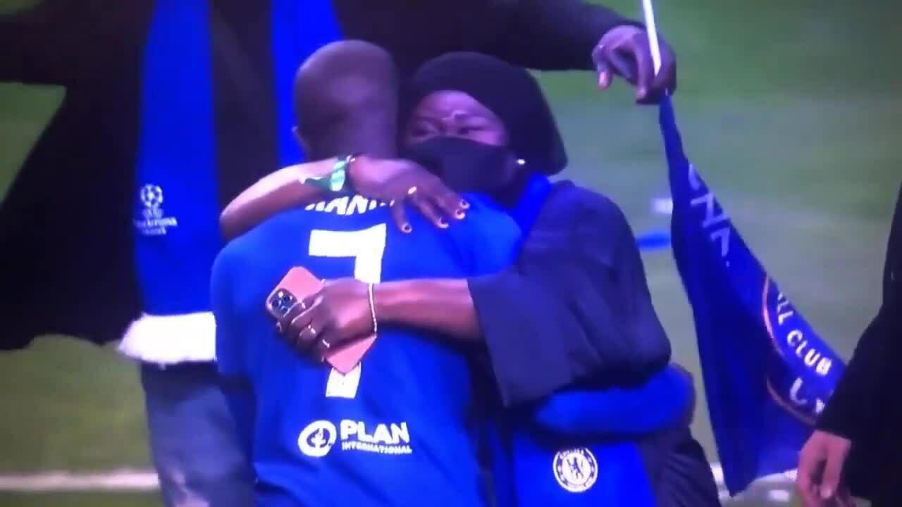 Sao Chelsea gây sốt vì không hôn Cup Champions League