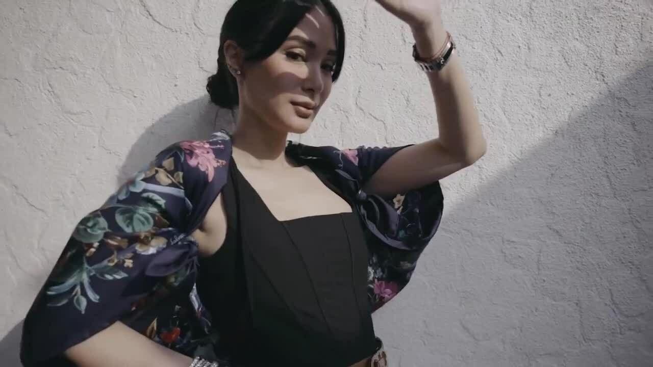 Đủ cách biến tấu khăn lụa độc lạ của 'đại mỹ nhân Philippines'