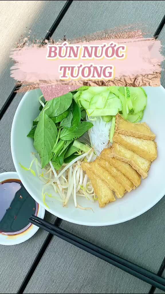 Hoa hậu Phương Khánh nấu ăn