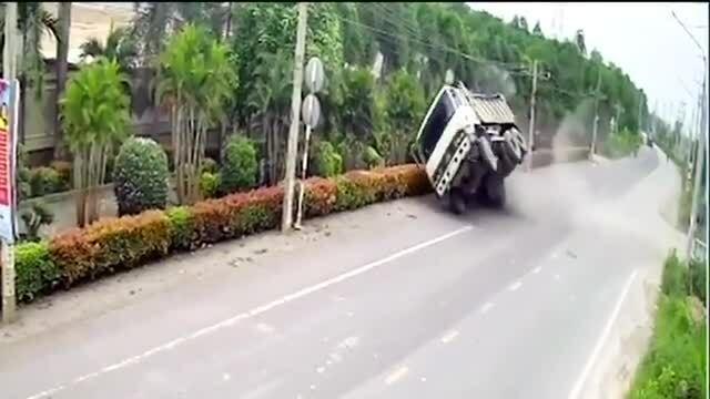 Xe tải lật ngửa vì phi lên dốc tốc độ cao