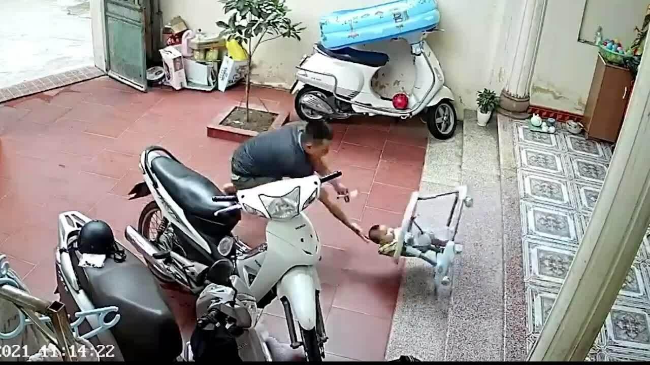 Pha cứu nguy con nhỏ kịp thời của ông bố trẻ