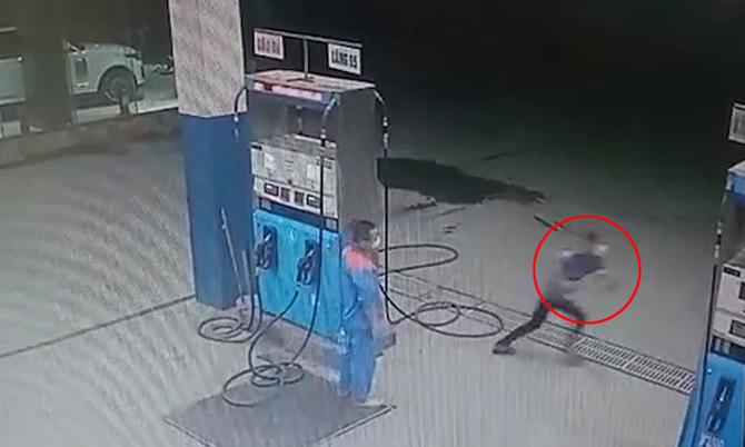 Thanh niên cướp xăng lúc nửa đêm