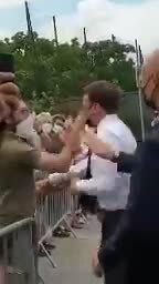 Tổng thống Pháp bị tát trong lúc đi chào cử tri