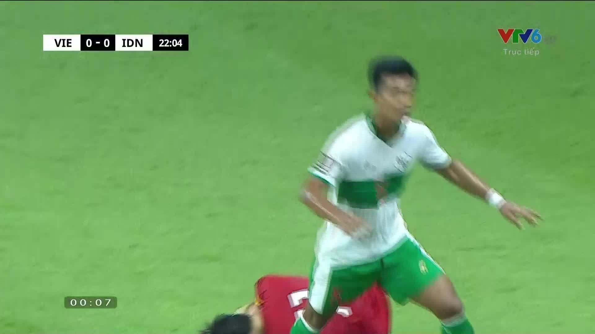Tuấn Anh tự xin ra sân sau pha 'chặt chém' của cầu thủ Indonesia