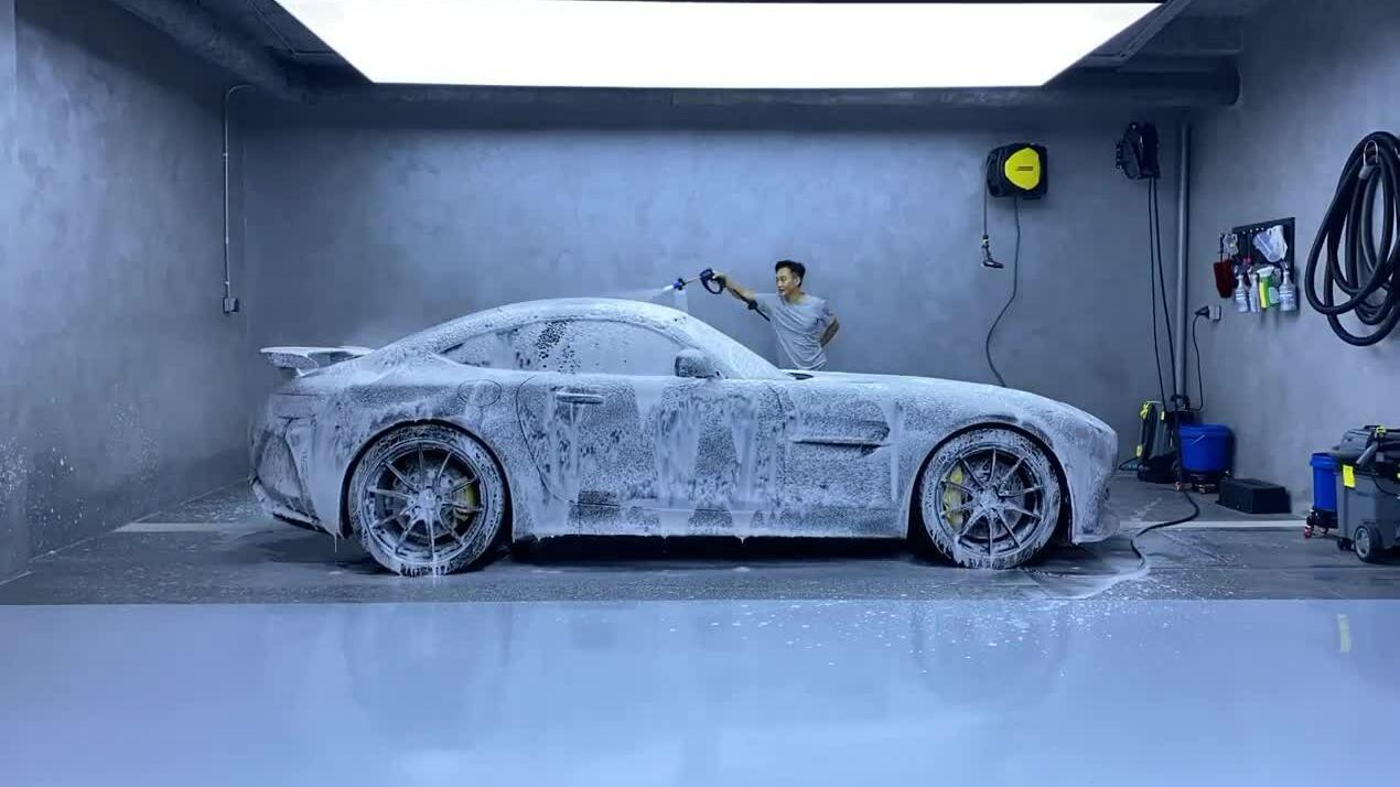 Cường Đô La tự rửa siêu xe tại nhà