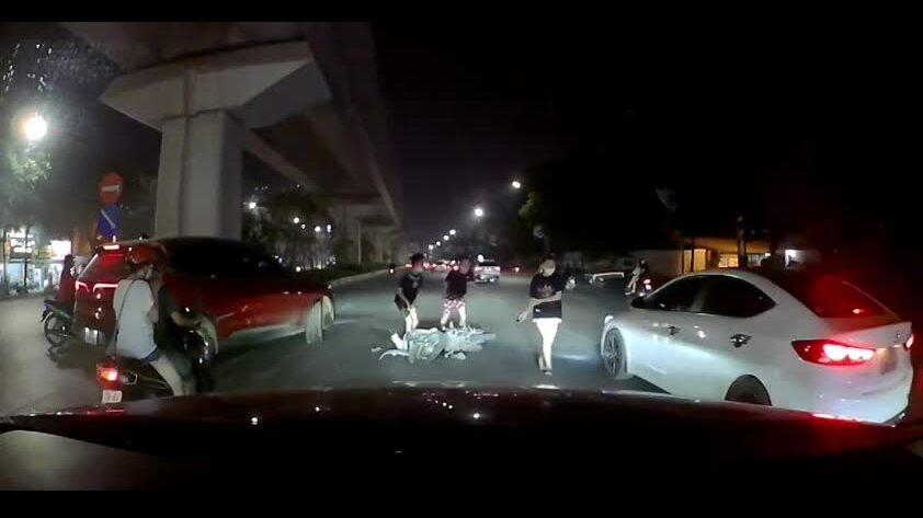 Nhóm thanh niên kẹp 3 lao vào ôtô