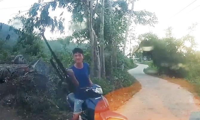 Thanh niên làng chĩa súng dọa bắn tài xế vì không được nhường đường