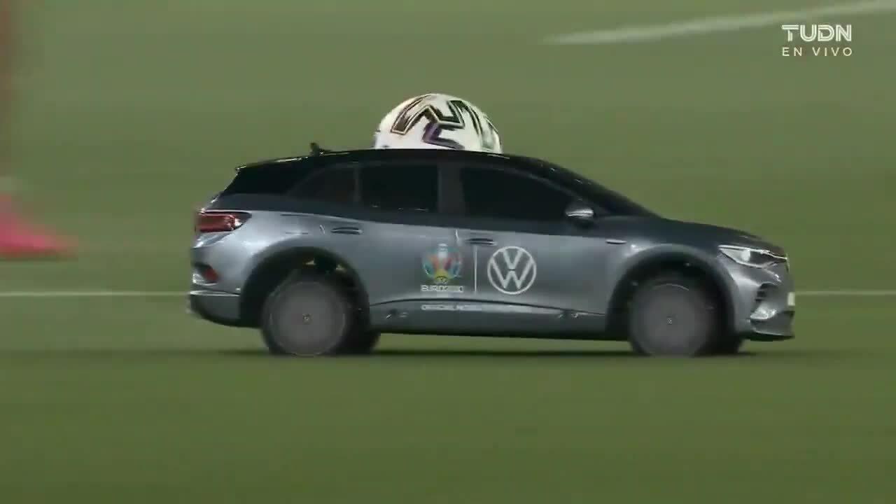 Trái bóng Euro được đưa vào sân bằng ôtô điều khiển từ xa