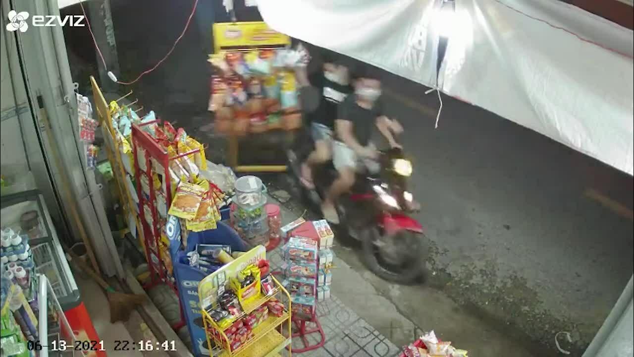 Hai thanh niên trộm giàn bánh của tiệm tạp hóa