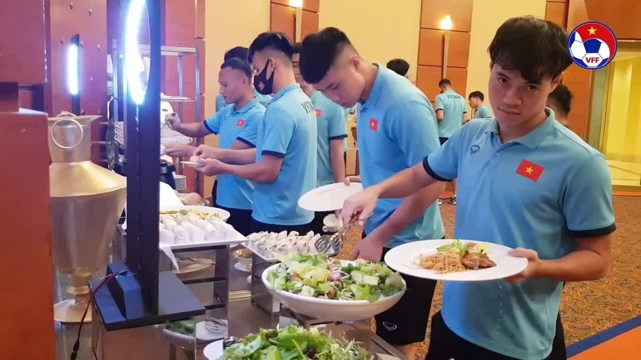 Cầu thủ tuyển Việt Nam ăn gì khi đi thi đấu