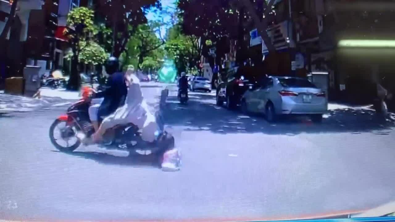 Cô gái ngã nhào vì áo chống nắng cuốn vào bánh xe máy