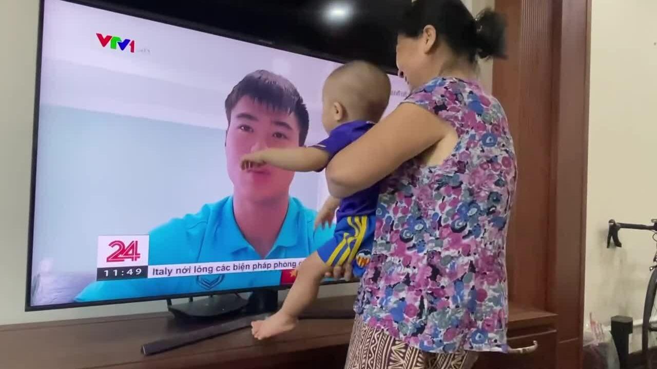 Con trai ôm hôn Duy Mạnh qua TV