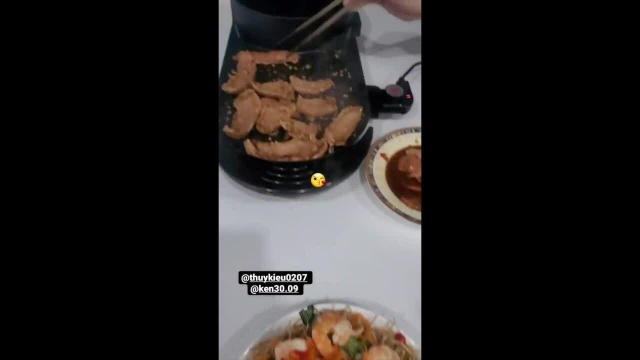 Trợ lý thay đầu bếp nấu ăn cho Ngọc Trinh