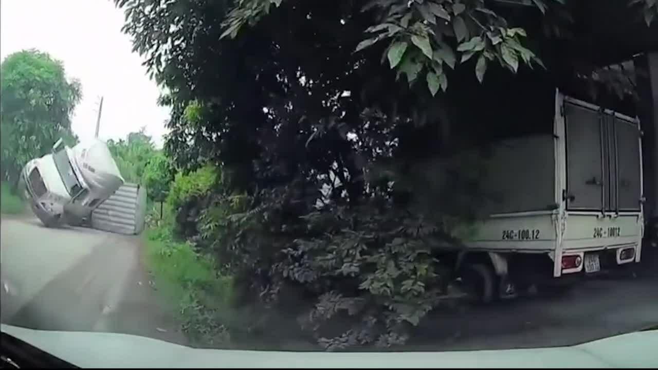 Gia đình la hét thất thanh khi suýt bị xe chở axit lật trúng