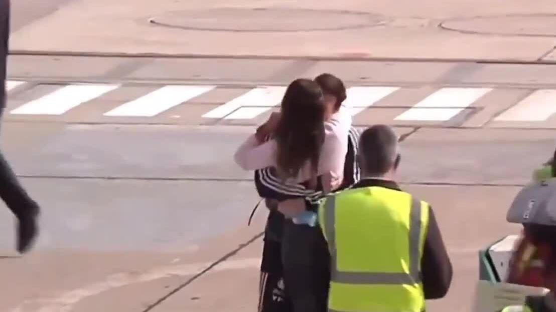Vợ nhảy lên ôm Messi tại sân bay