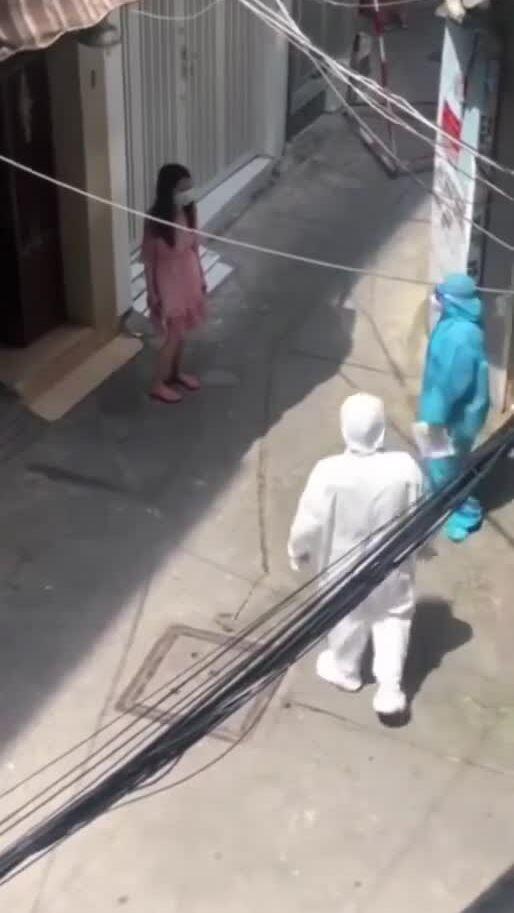 Cô gái trong khu phong tỏa ở Sài Gòn đòi về quê