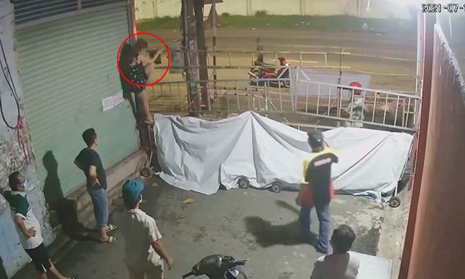 Cô gái leo rào 3 mét vào khu phong tỏa
