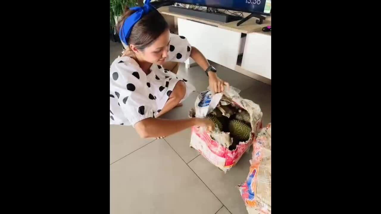 H'Hen Niê được mẹ tiếp tế một thùng sầu riêng