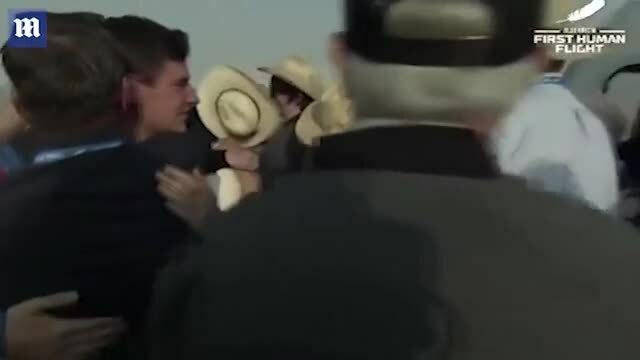 Bạn gái ôm hôn Jeff Bezos khi ông trở về trái đất an toàn [21/07 - 11:33]