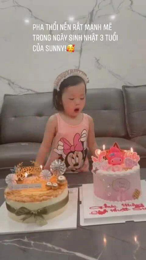 Con gái Quế Ngọc Hải thổi nến, bóc quà sinh nhật