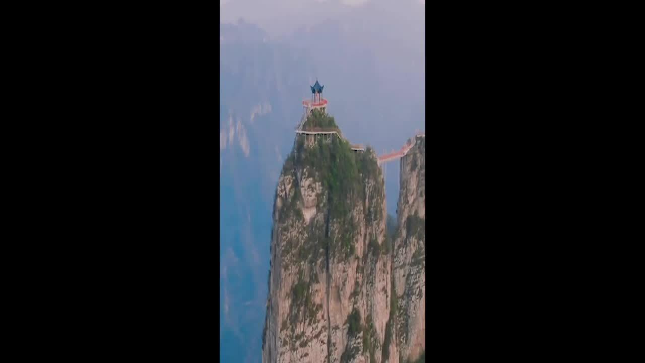 Lối đi vắt vẻo trên núi cao ở Trung Quốc