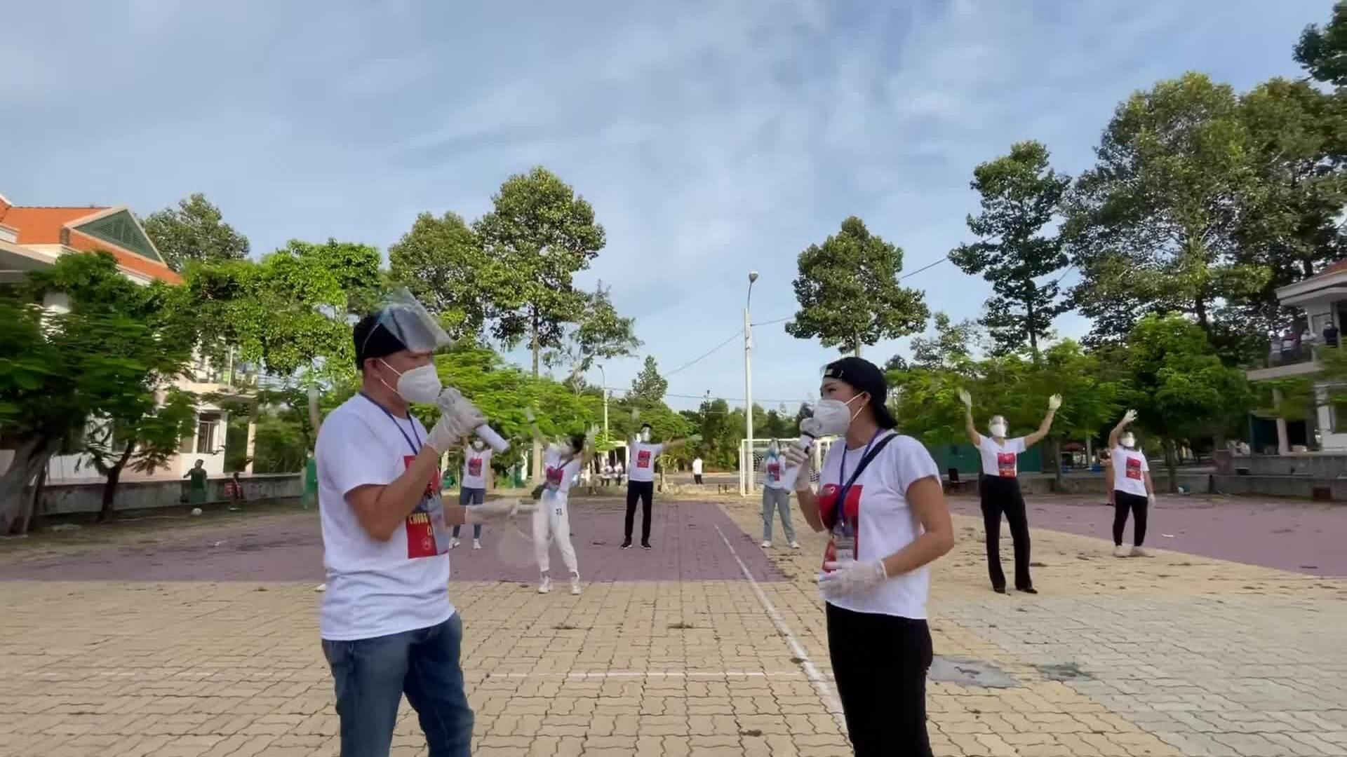 Phương Thanh hát cổ vũ chống dịch tại bệnh viện dã chiến Củ Chi