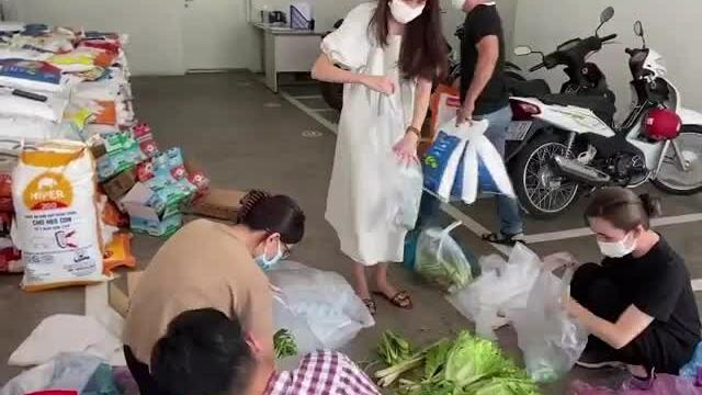 Vợ chồng Thủy Tiên ủng hộ hàng tấn rau củ, thực phẩm