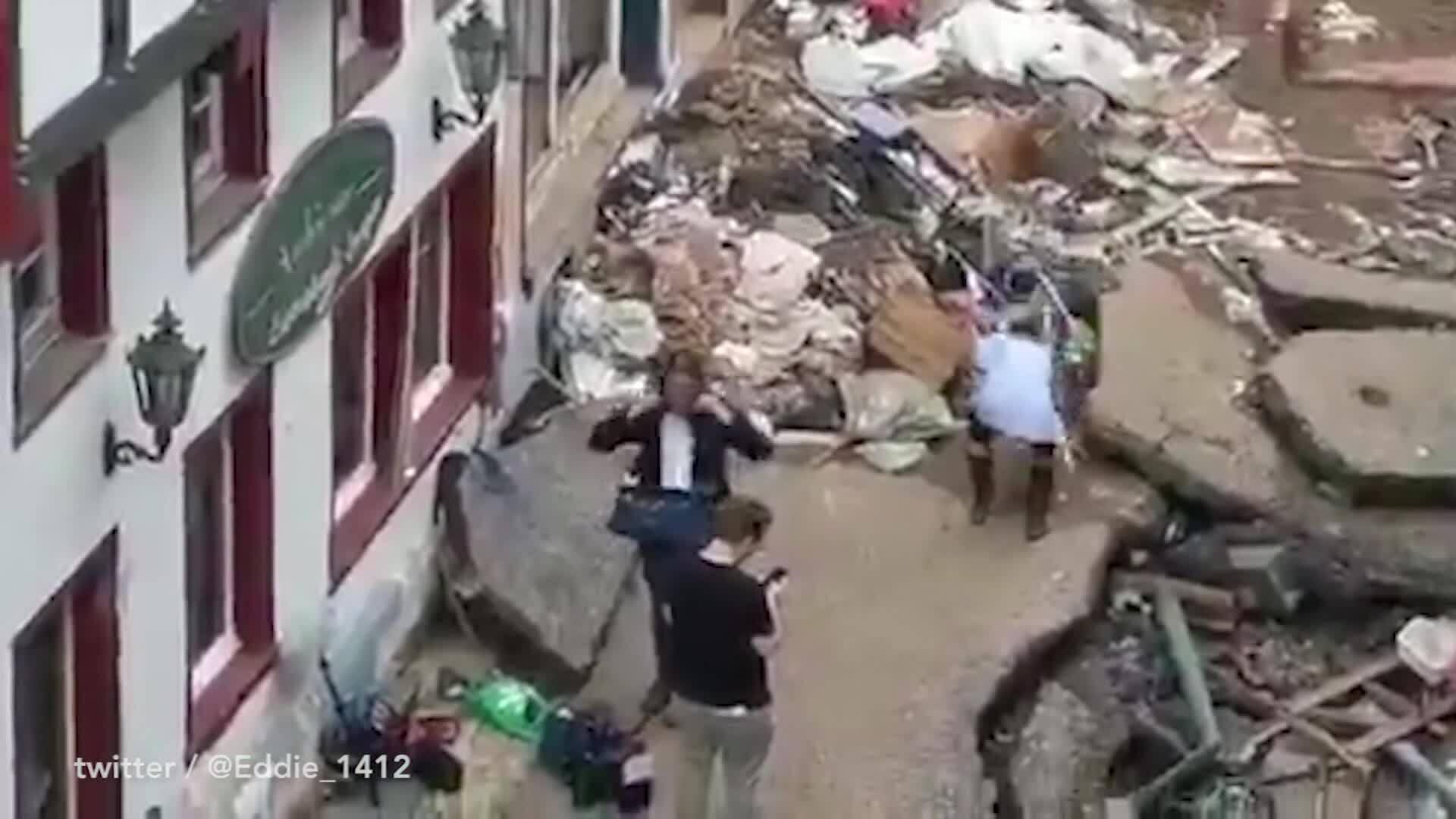Phóng viên bị sa thải vì cố tình bôi bùn lên người khi đưa tin lũ lụt