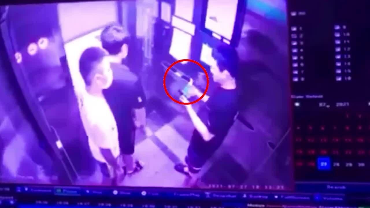 Thanh niên khạc nhổ, bỏ khẩu trang ở thang máy chung cư