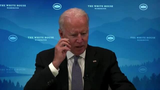 Ông Biden dính 'vật thể lạ' trên cằm trong cuộc họp